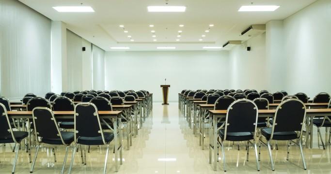 スクール?シアター?コの字型?会議に適した会場レイアウトと基本的な使い方
